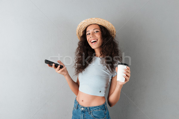 Gelukkig vrouw hoed smartphone beker Stockfoto © deandrobot