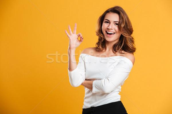 Boldog fiatal hölgy mutat oké kézmozdulat Stock fotó © deandrobot