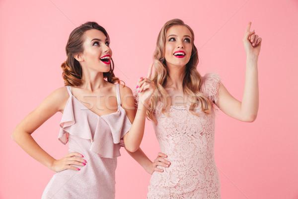 Twee gelukkig vrouwen jurken armen heupen Stockfoto © deandrobot