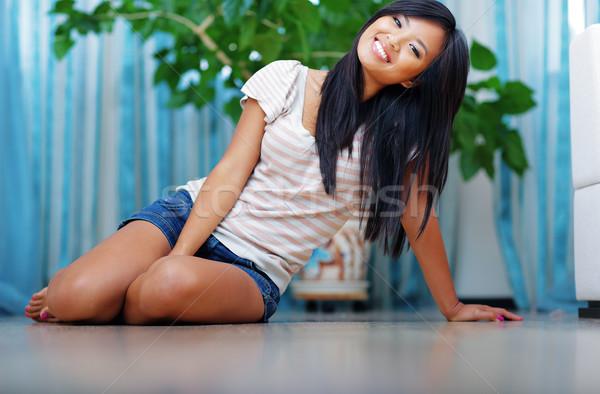 Fiatal nő padló otthon mosoly űr pihen Stock fotó © deandrobot