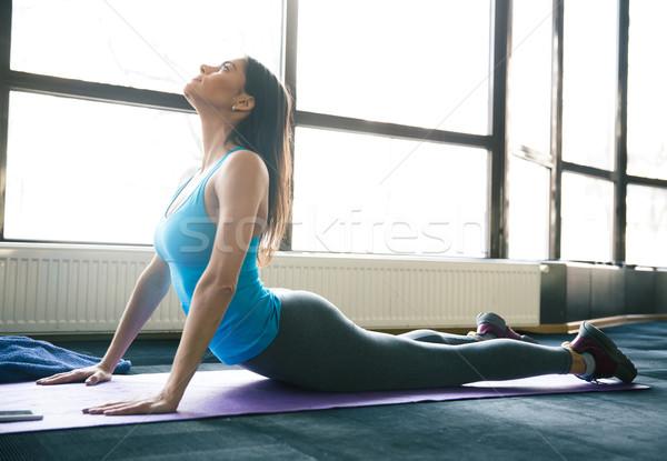 Genç uygun kadın yoga mat spor salonu Stok fotoğraf © deandrobot
