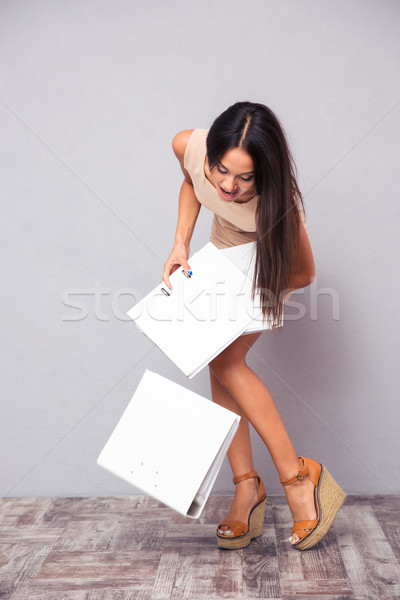 Imprenditrice cartelle piano grigio ufficio carta Foto d'archivio © deandrobot
