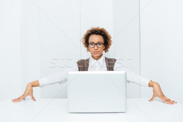 Stock fotó: Komoly · afroamerikai · üzletasszony · ül · pózol · laptop