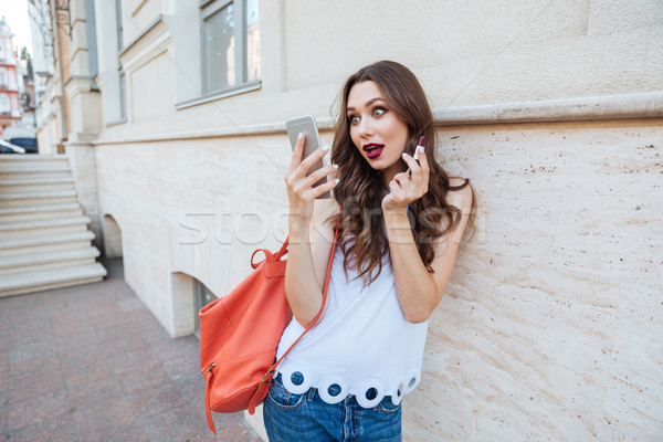 Giovani sorpreso donna rossetto guardando Foto d'archivio © deandrobot