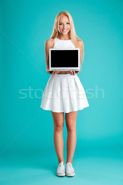 Portre gülümseyen kadın dizüstü bilgisayar ekran tam uzunlukta Stok fotoğraf © deandrobot