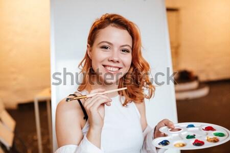 Jeune femme peintre permanent toile image Photo stock © deandrobot