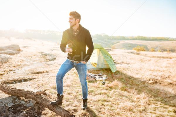 Młodych turystyka człowiek pitnej kawy odkryty Zdjęcia stock © deandrobot