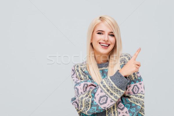 Stok fotoğraf: Gülen · genç · sarışın · kadın · kazak · işaret · parmak