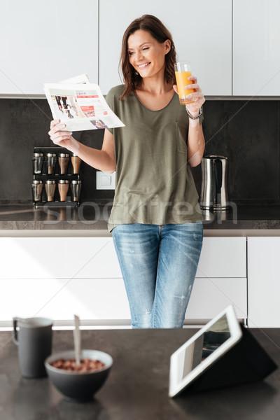 Verticaal afbeelding glimlachend toevallig vrouw lezing Stockfoto © deandrobot