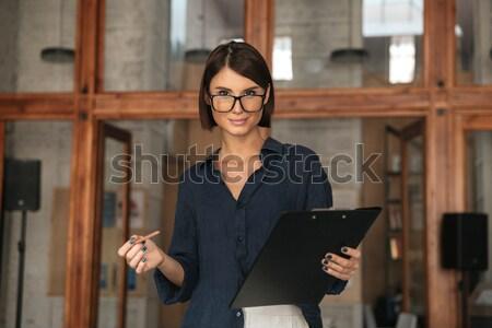 ストックフォト: 肖像 · 笑顔の女性 · ノート · 帳 · 立って