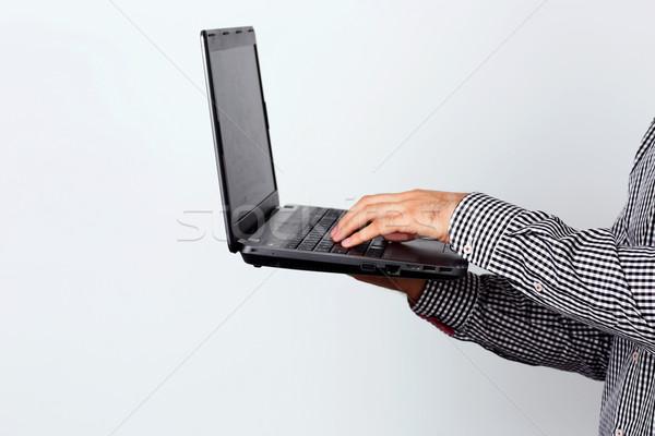 Zijaanzicht portret man met behulp van laptop kantoor technologie Stockfoto © deandrobot