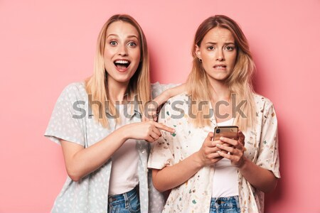 Lányok kanapé eszik pattogatott kukorica kettő derűs Stock fotó © deandrobot