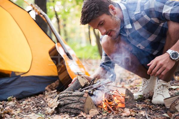 Hombre hoguera otono forestales naturaleza fondo Foto stock © deandrobot