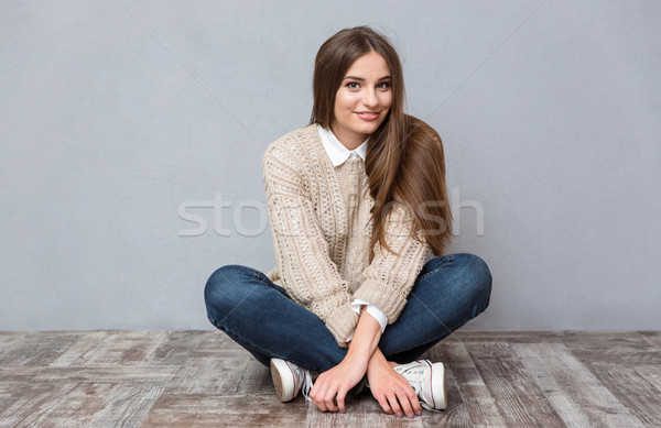 Belle souriant fille séance étage jambes croisées Photo stock © deandrobot