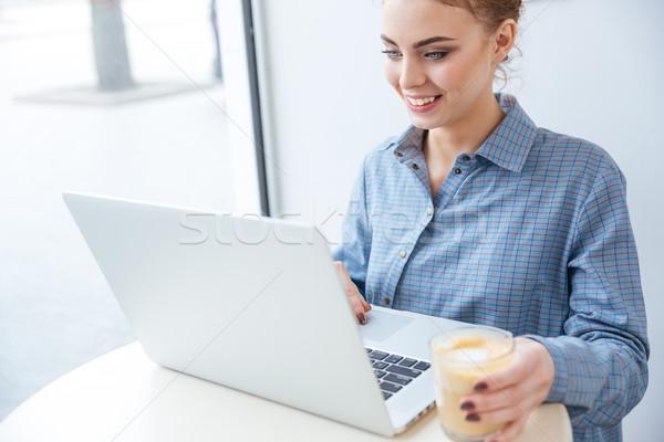 Stock fotó: Derűs · nő · iszik · kávé · laptopot · használ · kávézó