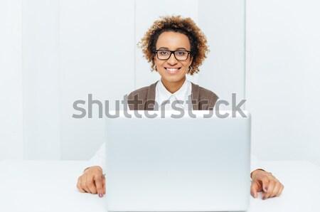 Mutlu iş kadını çalışma dizüstü bilgisayar işyeri Stok fotoğraf © deandrobot