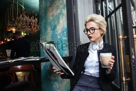 Gyönyörű elegáns lány ül kávézó olvas Stock fotó © deandrobot