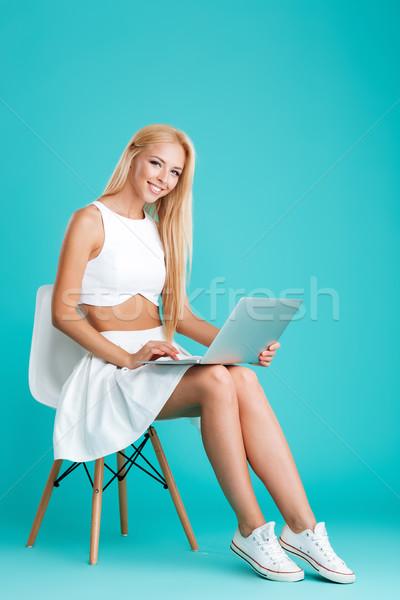 Aantrekkelijke vrouw met behulp van laptop computer vergadering stoel portret Stockfoto © deandrobot