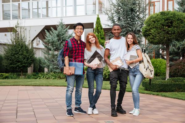 Gelukkig jongeren permanente campus samen buitenshuis Stockfoto © deandrobot