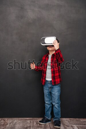 Mały dziecko faktyczny rzeczywistość urządzenie Zdjęcia stock © deandrobot