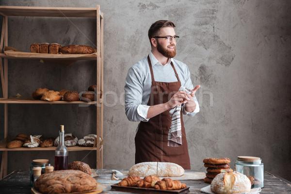 Feliz barbudo homem padeiro em pé pão Foto stock © deandrobot