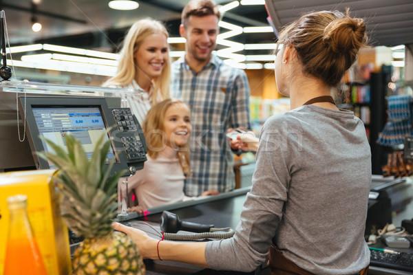 Famille heureuse payer carte de crédit magasin affaires femme Photo stock © deandrobot