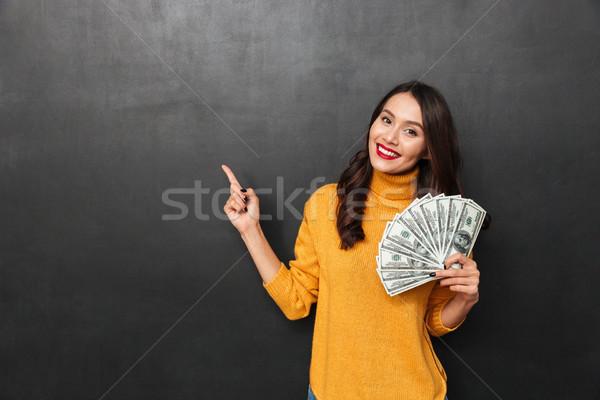 微笑的女人 毛線衣 錢 指向 複製空間 商業照片 © deandrobot