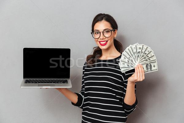 Portret tevreden vrouw bril tonen scherm Stockfoto © deandrobot
