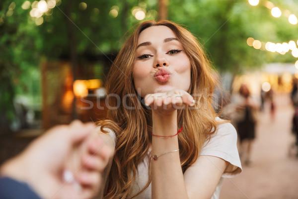 Gelukkig jong meisje kus permanente Stockfoto © deandrobot