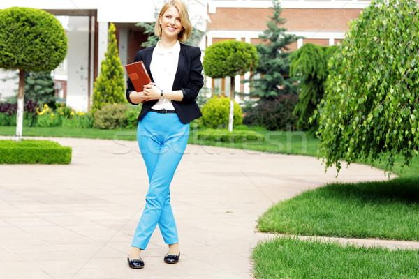 Portrait jeunes heureux femme jardin ordinateur Photo stock © deandrobot