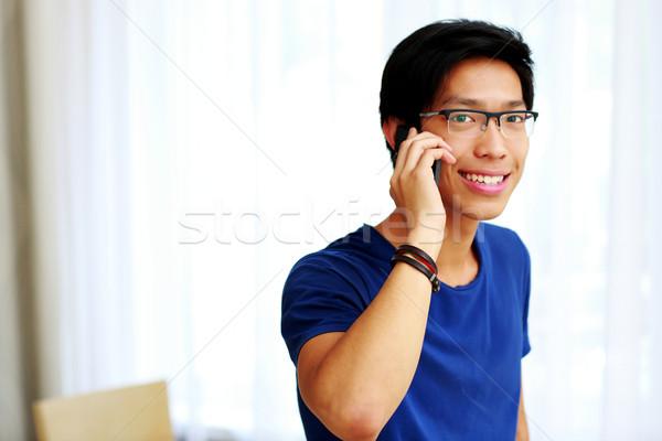 Foto stock: Jovem · feliz · asiático · homem · falante · telefone