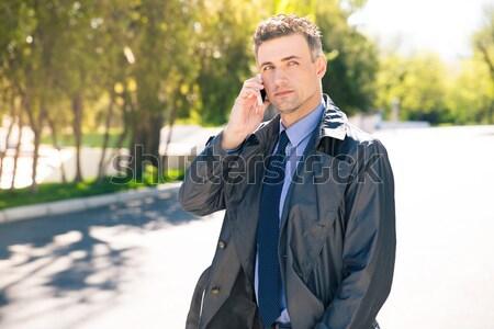 Peinzend zakenman praten telefoon buitenshuis pak Stockfoto © deandrobot