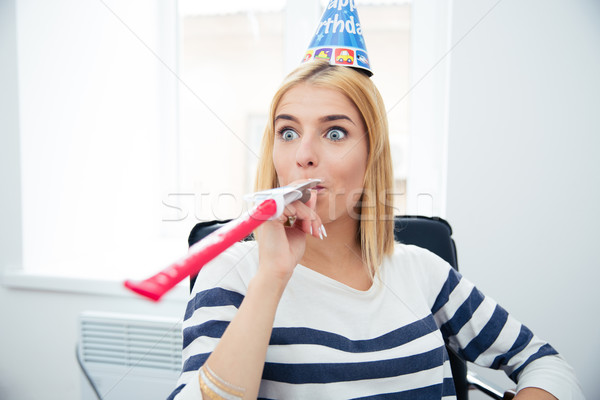 Toevallig vrouw fluiten partij hoed meisje Stockfoto © deandrobot
