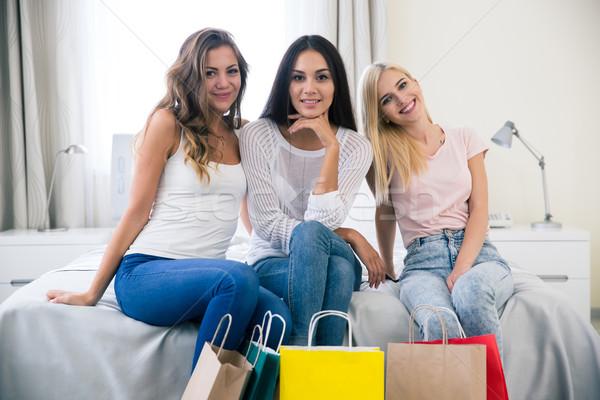 Drie vriendinnen boodschappentas portret glimlachend Stockfoto © deandrobot