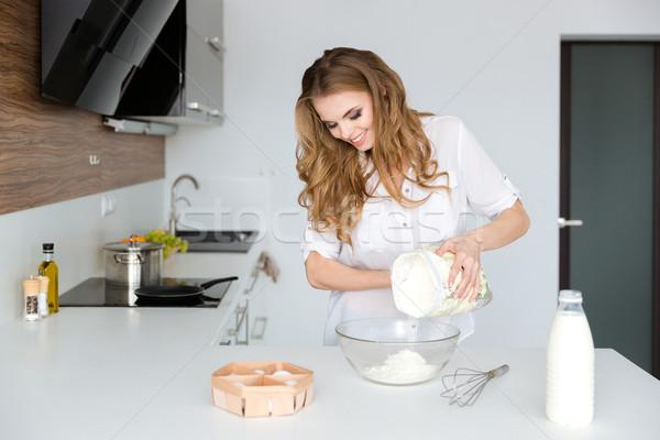 Gelukkig mooie jonge vrouw permanente koken witte Stockfoto © deandrobot