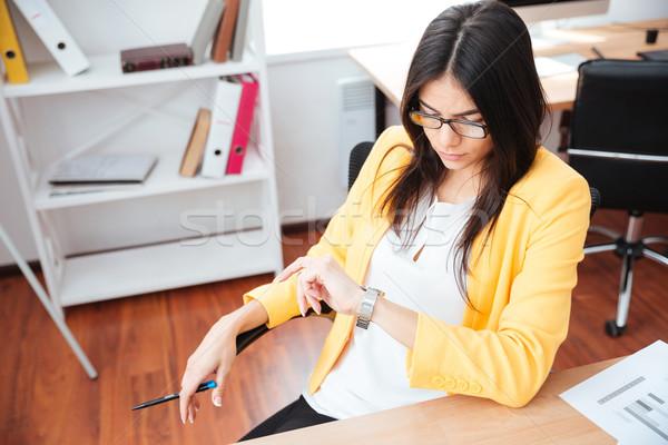 üzletasszony néz karóra iroda gyönyörű nő Stock fotó © deandrobot