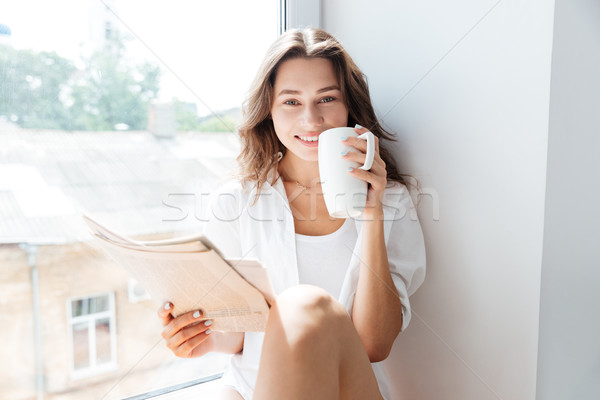 Gelukkig cute glimlachende vrouw lezing krant drinken Stockfoto © deandrobot
