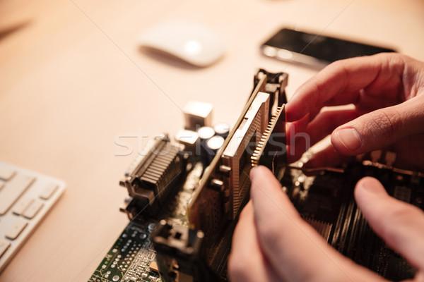Homem mãos microprocessador placa-mãe tabela Foto stock © deandrobot