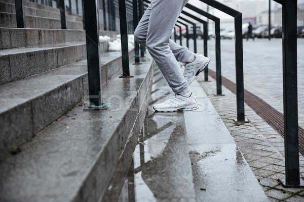Imagen corredor ejecutando escaleras gris Foto stock © deandrobot