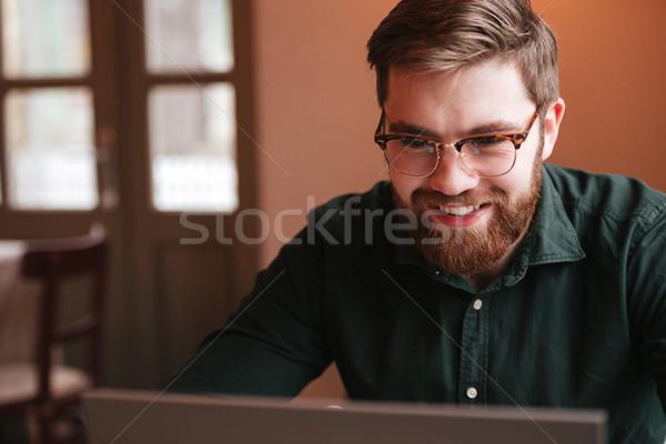 Stockfoto: Gelukkig · bebaarde · jonge · man · met · behulp · van · laptop · computer · foto