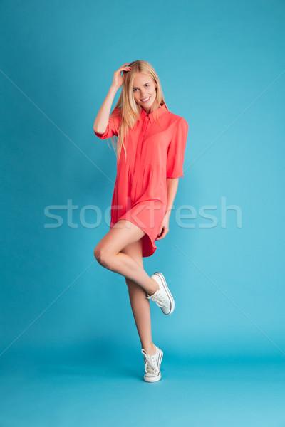 Mulher cabelos longos vestido vermelho posando em Foto stock © deandrobot