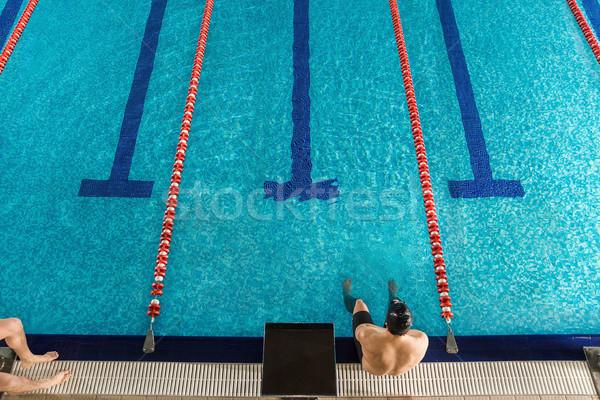Górę widoku mężczyzna pływak posiedzenia krawędź Zdjęcia stock © deandrobot