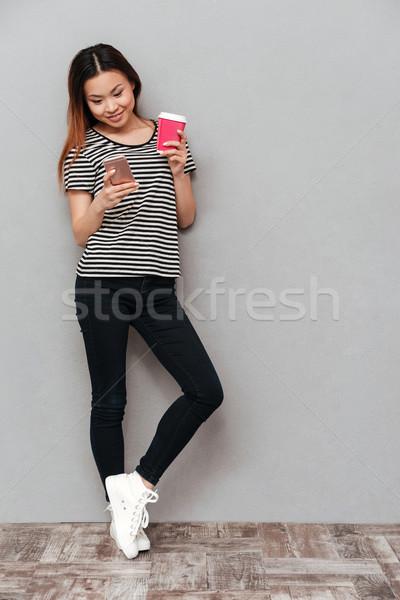 Сток-фото: счастливым · молодые · красивая · женщина · телефон · питьевой