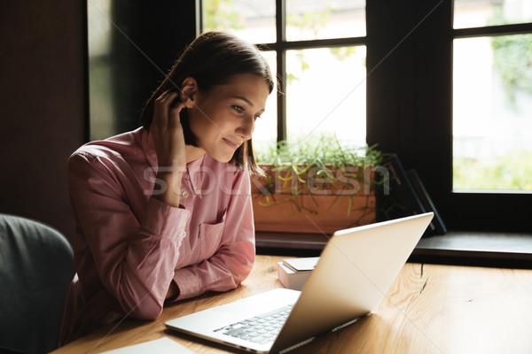 вид сбоку улыбаясь брюнетка женщину сидят таблице Сток-фото © deandrobot