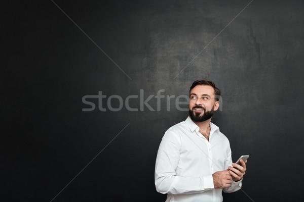 Fotó örvend férfi fehér póló néz Stock fotó © deandrobot
