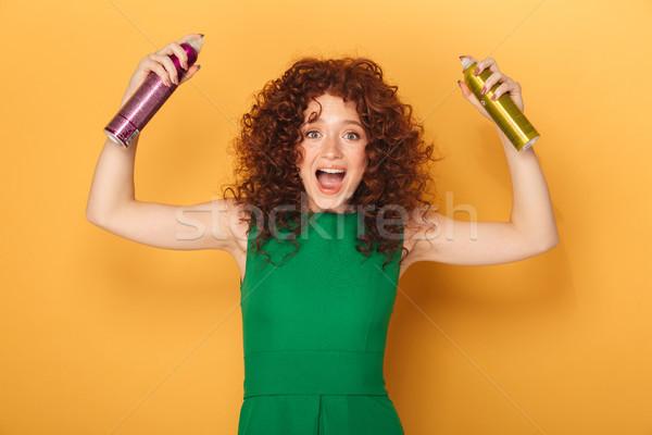 Vörös · hajú · nő · nő · citromsárga · sovány · nadrág