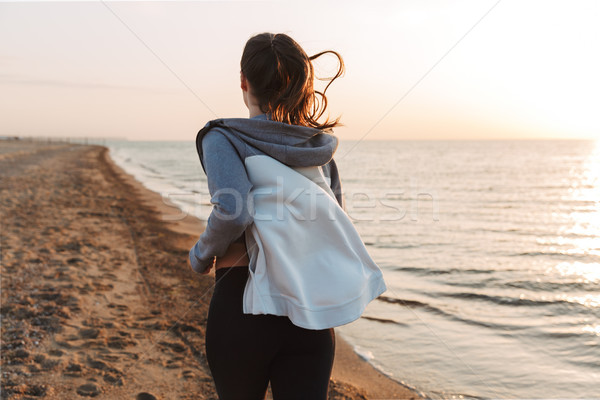 Ver de volta jovem corrida praia fitness Foto stock © deandrobot