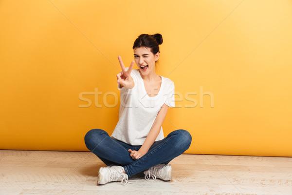 Ritratto sorridere seduta gambe incrociate piano Foto d'archivio © deandrobot