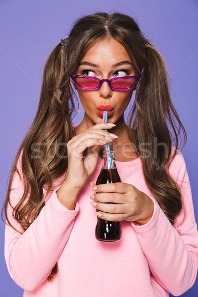 портрет довольно девушки Солнцезащитные очки питьевой шипучий Сток-фото © deandrobot