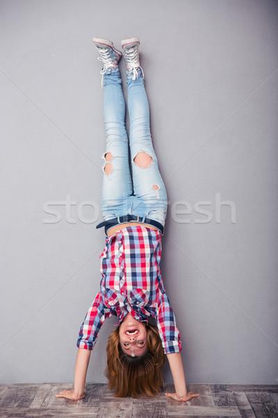 Vrouw permanente ondersteboven portret meisje Stockfoto © deandrobot
